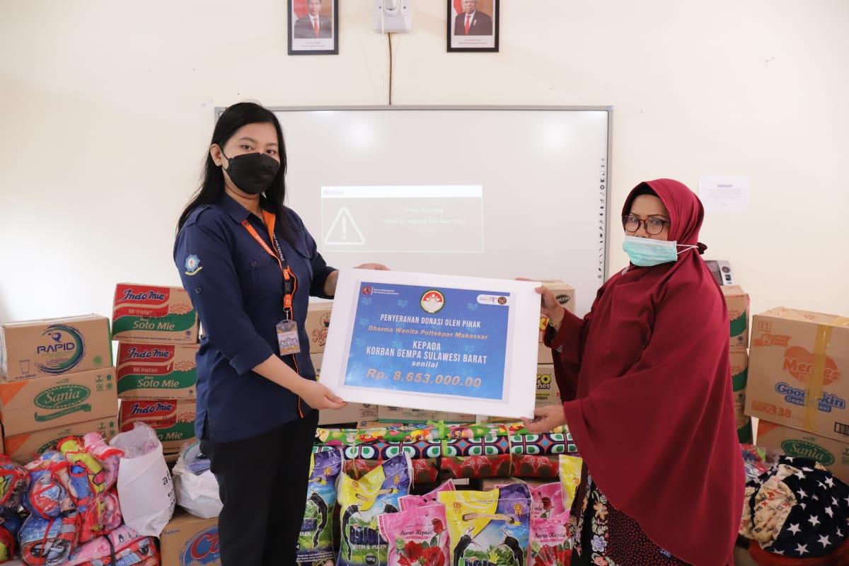 Senat Mahasiswa Poltekpar Makassar berkolaborasi bersama Dharma Wanita, Manajemen Poltekpar Makassar Memberikan Bantuan Sosial kepada Masyarakat Terdampak encana.
