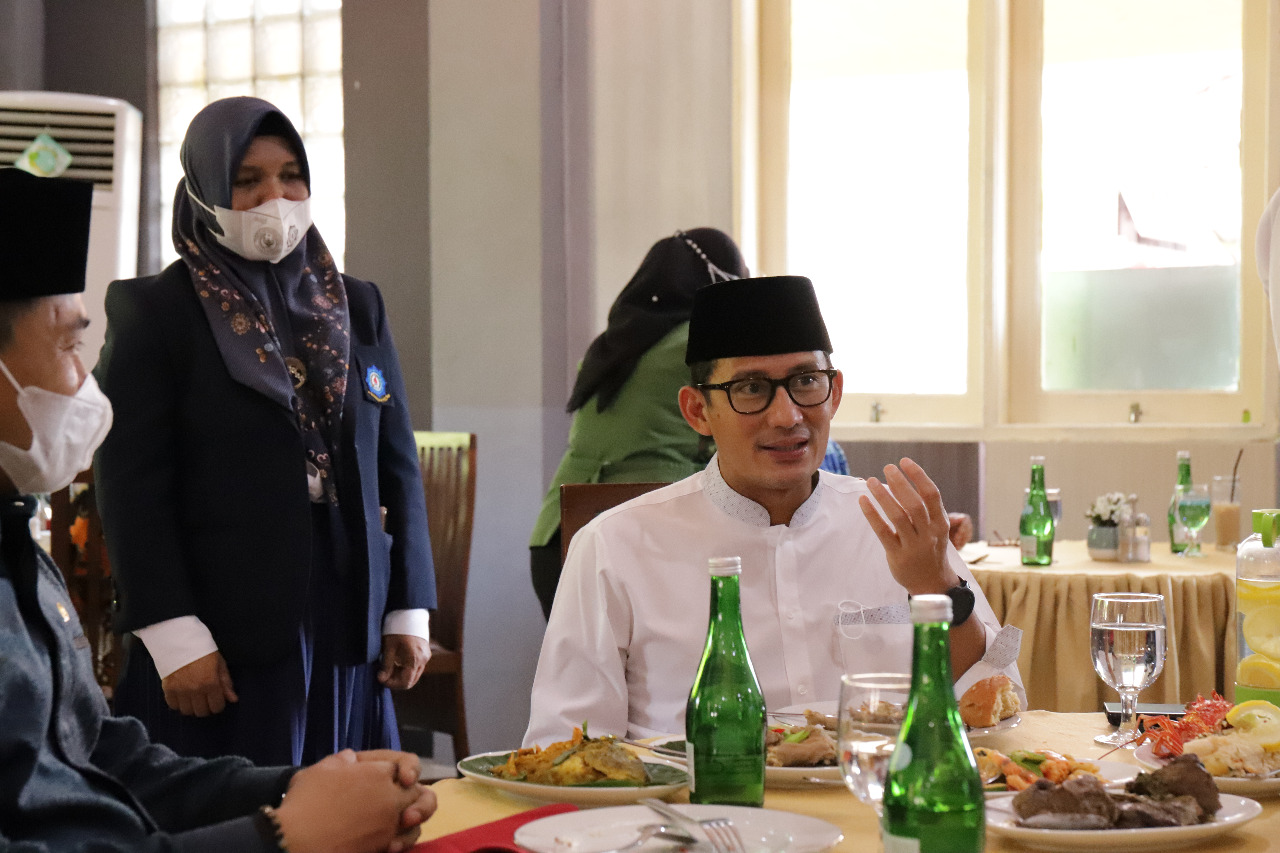 Menteri Pariwisata dan Ekonomi Kreatif/Badan Pariwisata dan Ekonomi Kreatif Menikmati Makan Siang di Restoran Praktik Politeknik Pariwisata Makassar