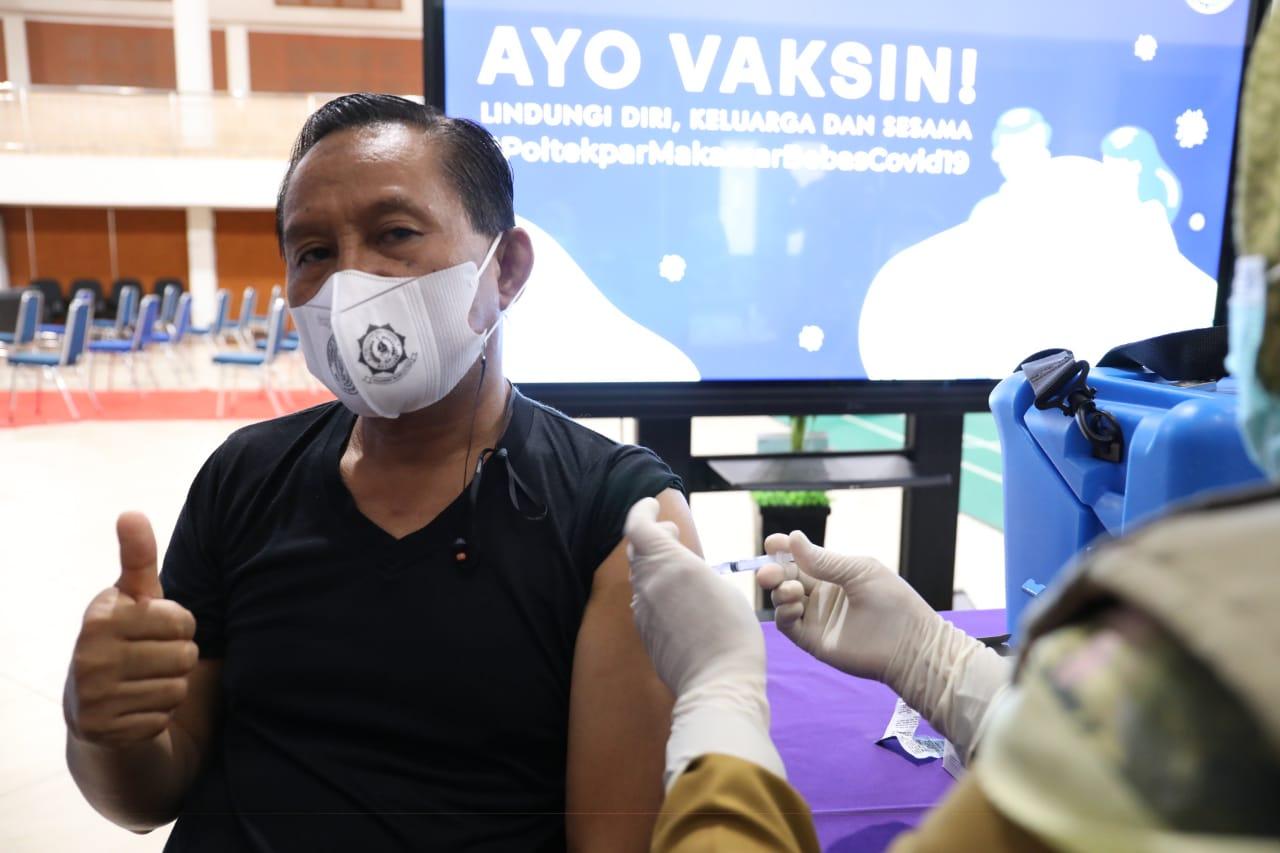 Dosen dan pegawai di Lingkungan Politeknik Pariwisata Makassar mendapatkan Vaksinasi Covid-19 dosis pertama